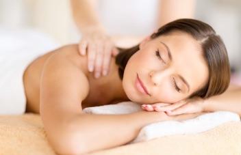 bella ragazza sdraiata che si sta facendo fare un massaggio