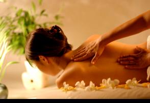 Donna che fa un massaggio alla cervicale